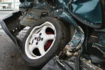 Téměř na šrot je auto, v němž havaroval 19letý mladík za restaurací Skalka. Zřejmě ho zaskočil sníh, protože jel na letních gumách.