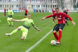 Talent Daniel Vašulín (v červeném) je pro budoucnost chrudimského fotbalu velkým příslibem.