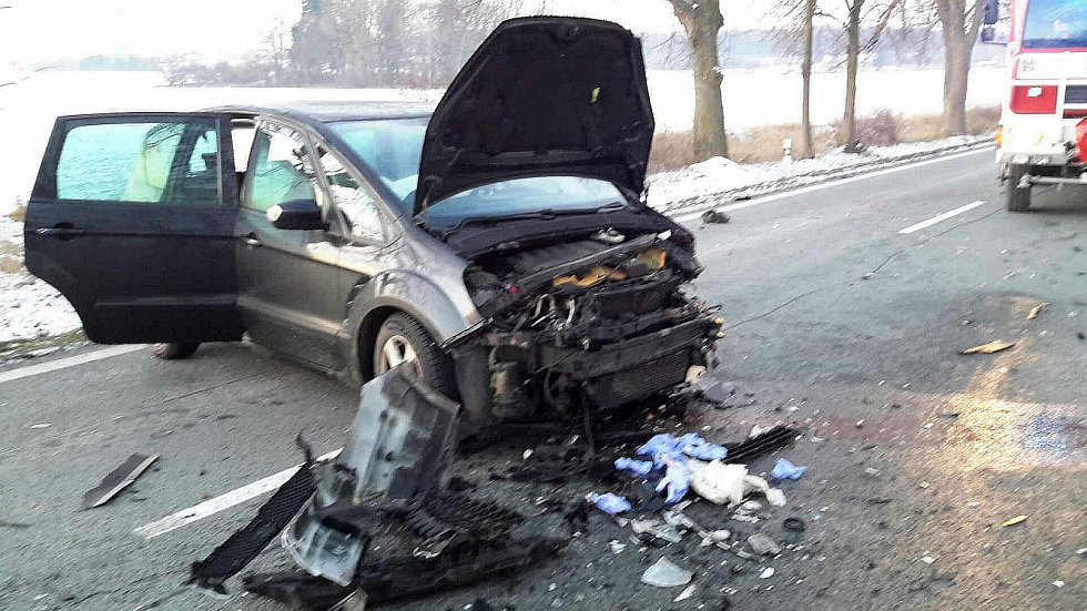 U Heřmanova Městce se čelně střetla dvě osobní vozidla.