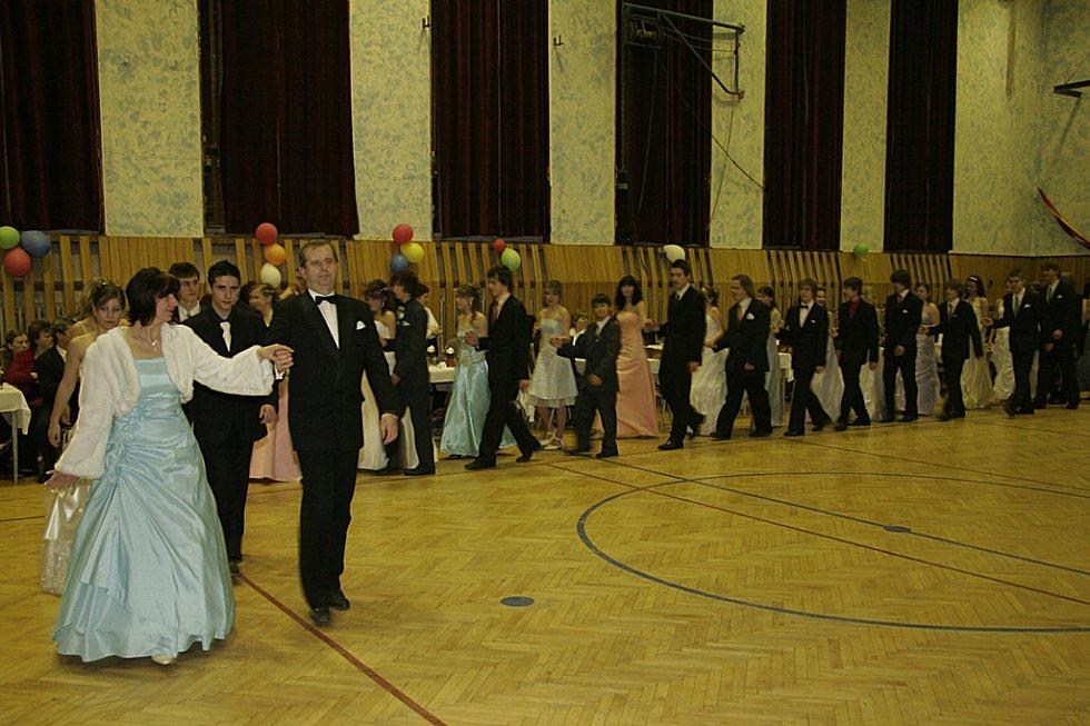 Věneček kurzu společenského chování a tance v Hlinsku.