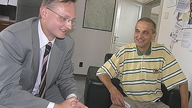 Radní Miloslav Macela (vlevo) se setkal s architektem a hercem Davidem Vávrou.
