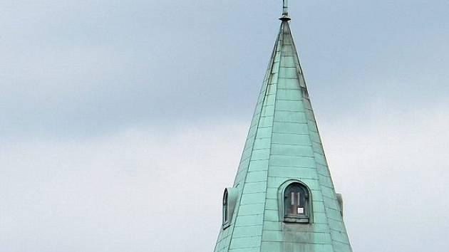 Silný vítr poškodil věž ronovského kostela svatého Vavřince. Statika naštěstí není narušena.