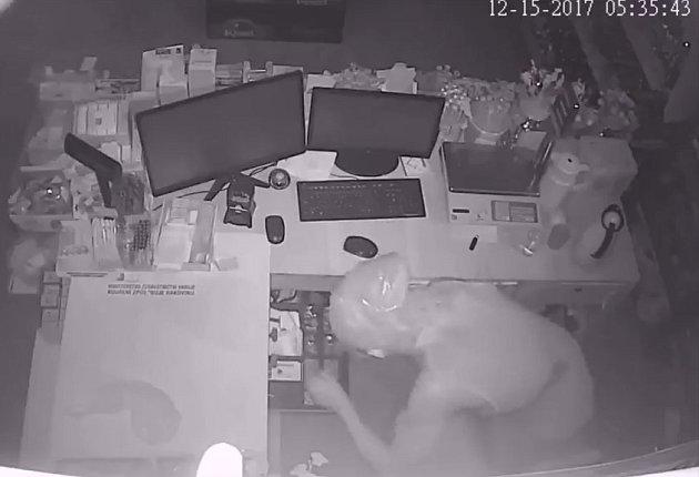 Zloděje zachytila kamera.