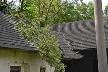 Strom zavalil střechu domu v Kutříně. O likvidaci se postarali profesionální hasiči z Hlinska a SDH Proseč.
