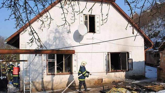 V neděli zasahovali hasiči u požáru domu v Běstvině - Pařížově.