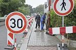 Na chodníku v ulici Na Ostrově se opět objevili dělníci. Opravy se již nemají déle protahovat.