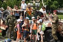 Vojáci uspořádali pro děti na chrudimském letišti dětský den.