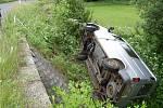Hasiči v Hamrech vyprošťovali z potoka vozidlo Ford Tranzit. Jeho řidič při nehodě prorazil zábradlí na mostku.