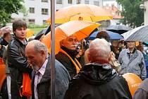 BEZ VAJÍČEK. V naprostém poklidu, či dokonce nudě, se odehrál sobotní mítink ČSSD v Chrudimi na Žižkově náměstí. Jiří Paroubek nedorazil