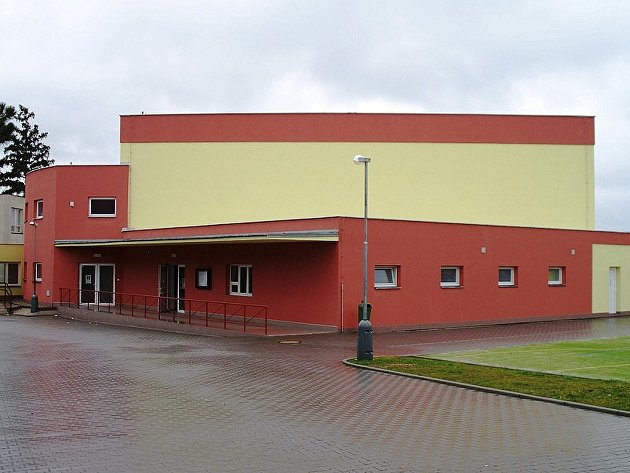 Budova chrastecké tělocvičny.