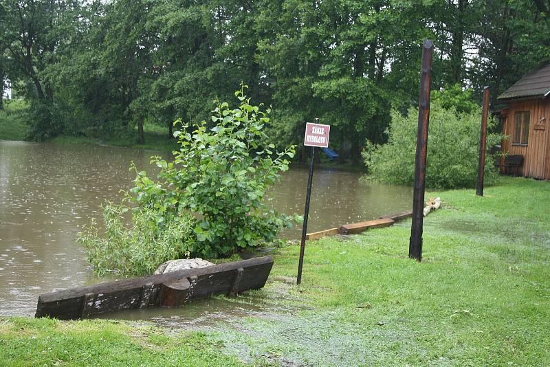 Hasiči odčerpávají vodu ze spodního rybníka v Kovářově, který hrozil přelitím