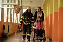 Profesionální hasiči HZS Pardubického kraje při cvičení na Základní škole v Chrasti evakuovali téměř dvě stovky žáků.