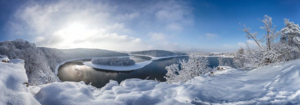 ZIMA. Čtyři roční období na známé vyhlídce Sečské přehrady byly fotografovány za velmi specifických podmínek - hodinu před západem slunce s typickým zabarvením a typickou oblačností pro dané období. Proto projekt trval tři roky.