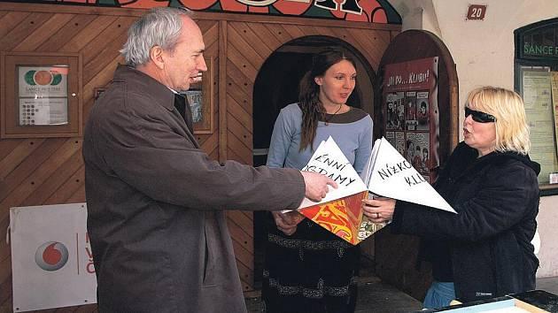 MARTINA ŠŤASTNÁ (uprostřed) přivítala v nízkoprahovém klubu Agora místostarostu Chrudimě Pavla Kobetiče a manažerku prevence kriminality Radku Pochobradskou.