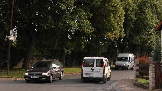 Kanál umístěný na silnici v zatáčce znesnadňuje průjezd tisícům aut, která denně po této části komunikace projedou.