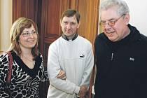 MANŽELÉ MONIKA A MARTIN MÁLKOVI ze Slatiňan se stali vítězi soutěže Stejná šance – Zaměstnavatel 2010. Byli oceněni ve Společenském sále pardubické radnice.