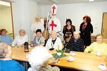 S HUMOREM a s nadhledem pojali tak trochu předčasnou nedělní mikulášskou nadílku jak její aktivní aktéři, tak obyvatelé domu s pečovatelskou službou v chrudimské Soukenické ulici.