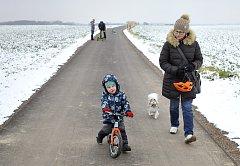 Po hladkém povrchu nové cesty se lidé ze sídliště Větrník dostanou až do místní části Topol.