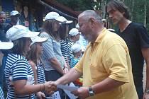 Za táborníky v Kutříně se byli letos mimo jiné podívat i herec Jan Kuželka a režisér Milan Cieslar, které spojuje pohádka Dešťová víla,
