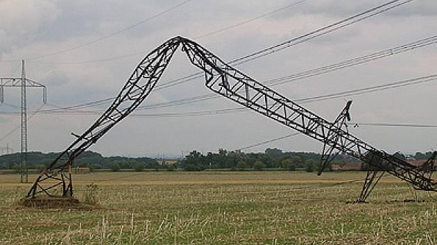 Náprava škod, které vznikly letos při řádění přírodních živlů na Chrudismku, je jedním z důvodů, proč v těchto dnech dochází k přerušování dodávek elektrické energie.