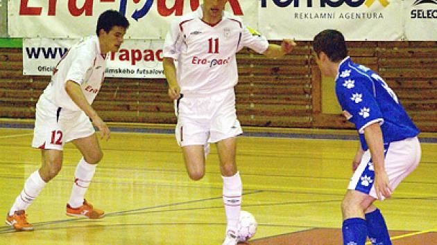 Tomáš Sluka (zcela vlevo) a Petr Vladyka v utkání s Benagem v sezoně 07/08.