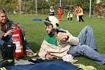 UMĚT POMOCI. Děti si v Topoli osvojily pravidla bezpečného chování v provozu, ošetřovaly poranění a poskytovaly první pomoc. Byly také seznámeny i se zásadami bezpečné manipulace s ohněm.