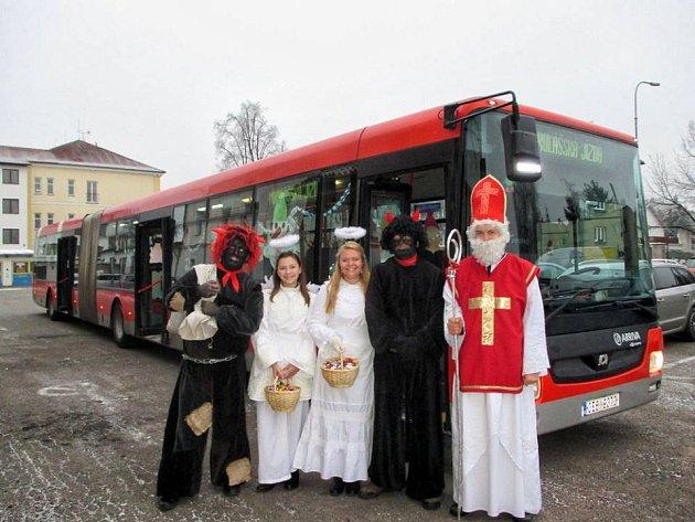 Mikulášská družina jela autobusem.