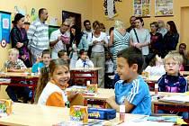 Poslední okamžiky před zvoněním se děti v 1. B seznamovaly mezi sebou a rodiče s rozvrhem hodin.