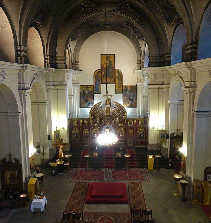 Pohled z kůru do chrámové lodi chrámu sv. Cyrila a Metoděje.