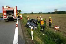 Hasiči museli řidičku z auta vyprostit, přes veškerou snahu nepřežila.