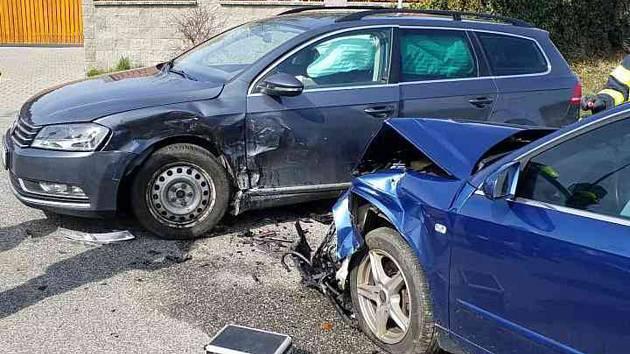 Hasiči v pátek před 12. hodinou zasahovali ve Svinčanech u nehody dvou aut.
