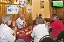 Fotbaloví fanoušci jsou v plné pohotovosti. Začalo dlouho očekávané MS a mnozí z nich zamířili do restauračních zařízení, aby sledovali zahajovací duel šampionátu JAR – Mexiko. Nejinak tomu bylo i v chrudimské restauraci U Vodojemu.