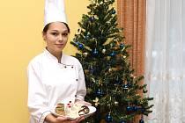 Pečivo vyrobené v SOŠ a SOU obchodu a služeb Chrudim představuje cukrářka Petra Marková ze třídy C3.