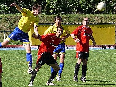 Chrudimští hráči Luptovský a Rahimič (ve žlutém) bojují ze všech sil.