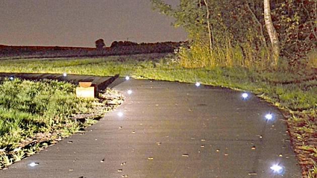 Osvětlená cyklostezka mezi Kameničkami a Jeníkovem.