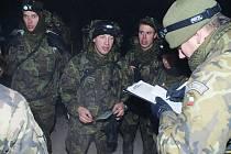 Příslušníci chrudimské jednotky uctili pochodem Tungsten památku čs. parašutistů.