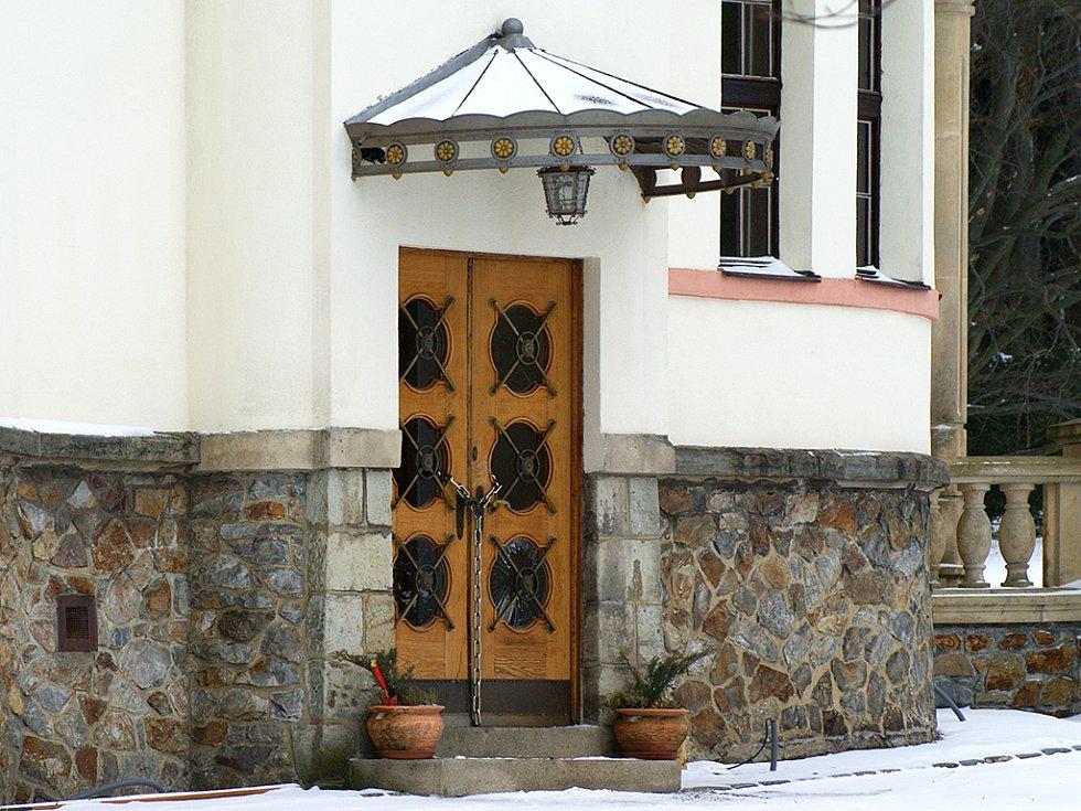Zapečetěné dveře u domu podnikatele Berana.