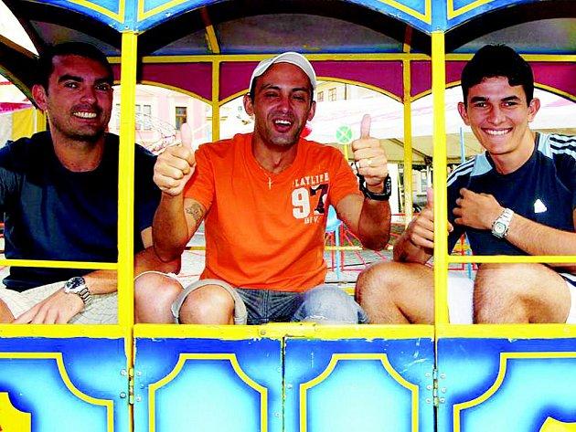 Zleva Dentinho, hrající trenér Cacau a Douglas
