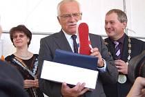 Ve Skutči obdržel prezident Václav Klaus (uprostřed vedle skutečského starosty Pavla Novotného) jako dárek na památku mimo jiné i botasky, které se zde vyrábějí.