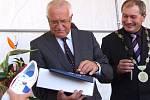 Ve Skutči obdržel prezident Václav Klaus (vlevo vedle skutečského starosty Pavla Novotného) jako dárek na památku mimo jiné i botasky, které se zde vyrábějí.