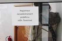 Do výstražné stávky se 6. prosince zapojila i většina zaměstnanců Městského úřadu v Chrudimi. Naopak místní úřad práce fungoval téměř bez změny, uzavřeny byly pouze přepážky v přízemí.