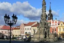 Kašna je a byla dominantou středu Resselova náměstí.
