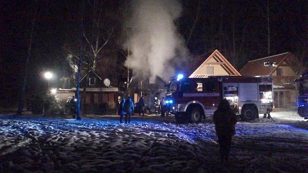 V Kraskově vypukl 11.2.2012 v rekreačním objetku požár. Hasičům komplikoval zásah silný mráz.
