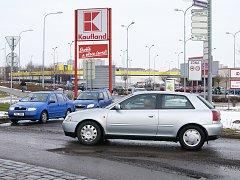 Leden 2009: Hluboké výmoly ve vozovce na kruhovém objezdu u Kauflandu v Chrudimi dělají řidičům starosti.