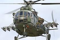 Slaňování z vrtulníku je pravidelnou součástí výcviku příslušníků 43. výsadkového mechanizovaného praporu 4. brigády rychlého nasazení v Chrudimi.