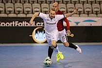 Obranný pilíř s devítkou na dresu. Tomáš Koudelka (v bílém) přivádí útočníky soupeře k šílenství. Poradí si i se Sportingem?