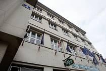 V kulturním domě Střelnice, který patří ČSSD, provozoval Pavel Vacek peep show a později i nevěstinec