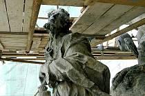 Socha Mojžíše je součástí morového sloupu s kašnou na Resselově náměstí.