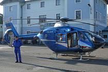 Hlinečtí strážníci vyklidili nádraží pro přistání vrtulníku.