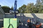 RAMENO S BUBNEM DRTIČE se zanoří do kontejneru a promění odpad uvnitř v hromadu drobných úlomků.